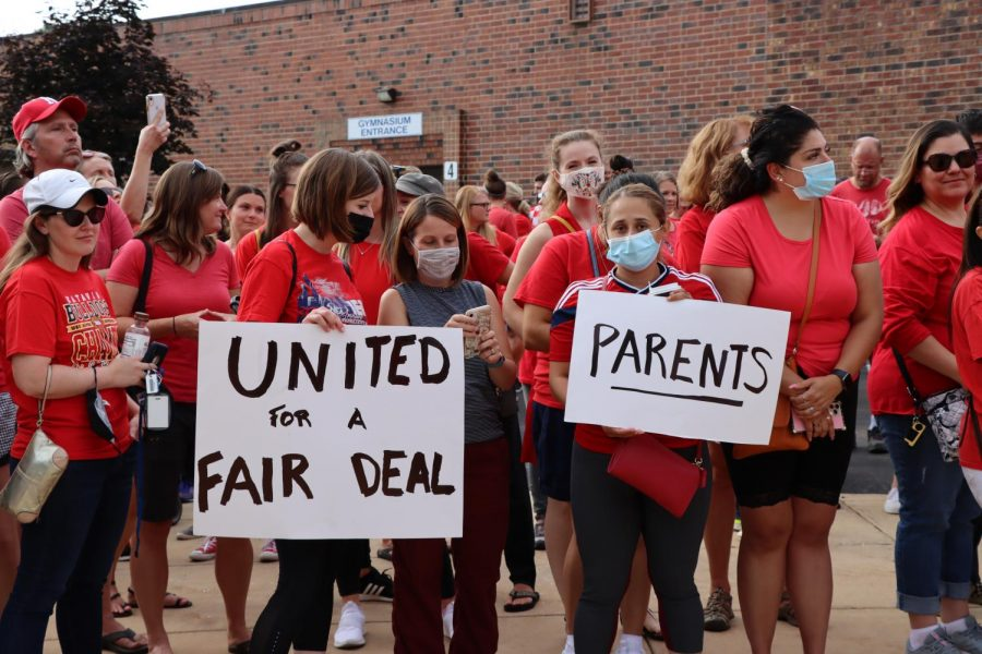 Educators%2C+parents+and+students+rally+outside+of+the+Washington+Junior+High+School+main+entrance+in+support+of+the+Naperville+Unit+Education+Association%27s+contract+proposal+on+Aug.+2.+